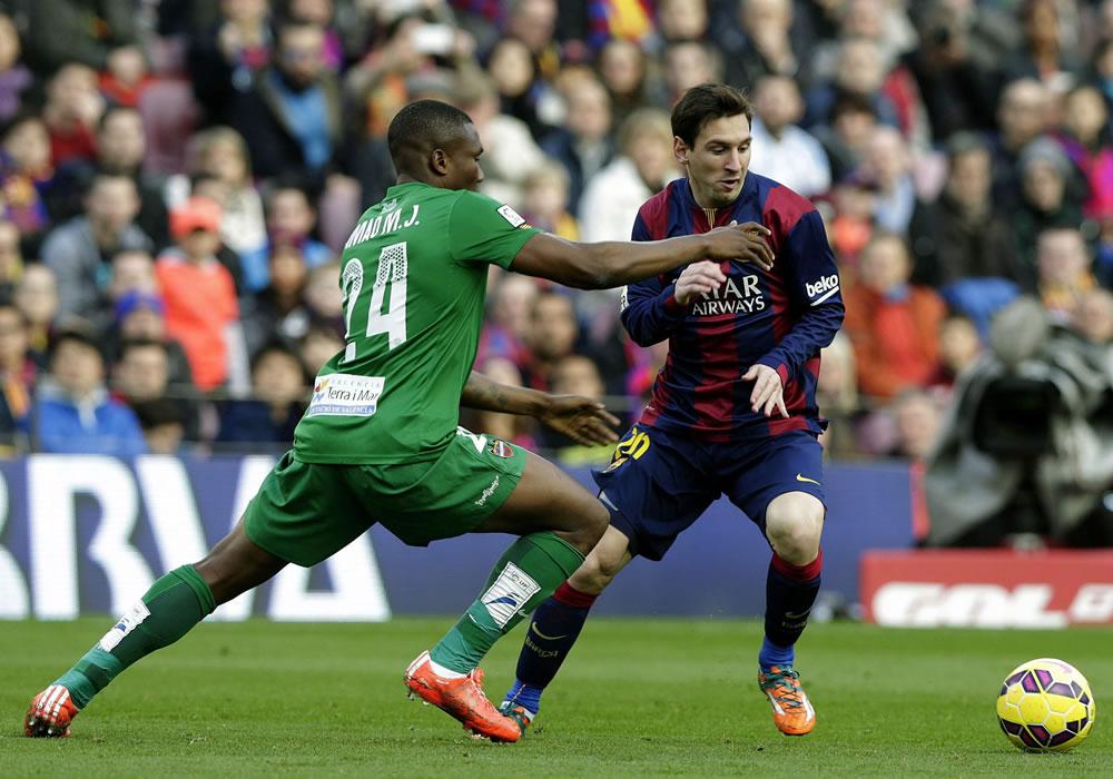 El delantero argentino del FC Barcelona Lionel Messi (d) pugna el balón con el centrocampista mozanbiqueño del Levante Simão Junior. Foto: EFE