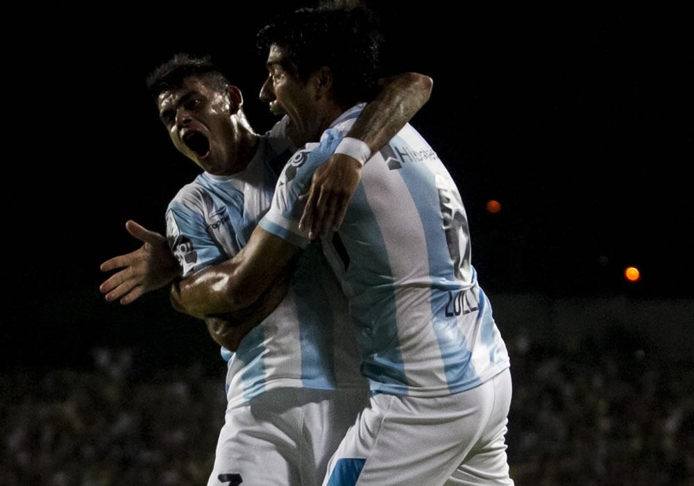 El jugador de Racing Mauricio Luciano Lollo (d) celebra con su compañero Gustavo Leonardo Bou (i) después de anotar un gol ante Deportivo Táchira. EFE