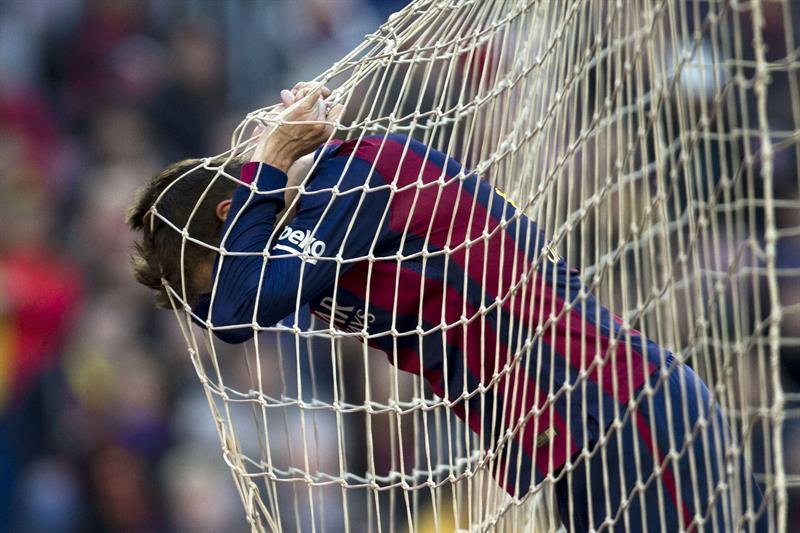 El defensa del FC Barcelona Gerard Piqué se lamenta. Foto: EFE
