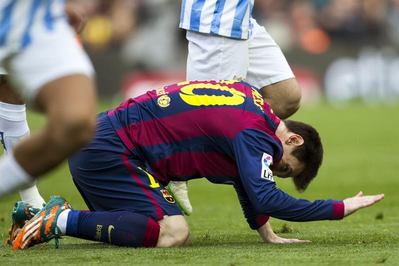 El delantero argentino Lionel Messi se lamenta tras una ocasión fallida durante el partido frente al Málaga. Foto: EFE