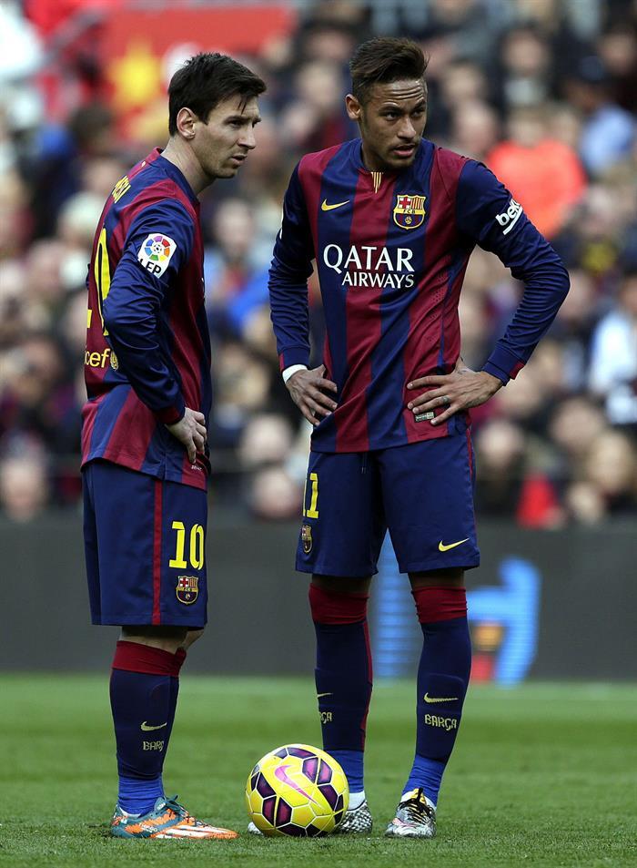 Los jugadores del Barcelona Leo Messi (i) y Neymar da Silva se disponen a lanzar una falta en su partido ante el Málaga. Foto: EFE