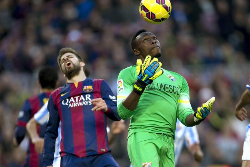 El portero camerunés del Málaga Carlos Kameni (d) atrapa el balón. Foto: EFE