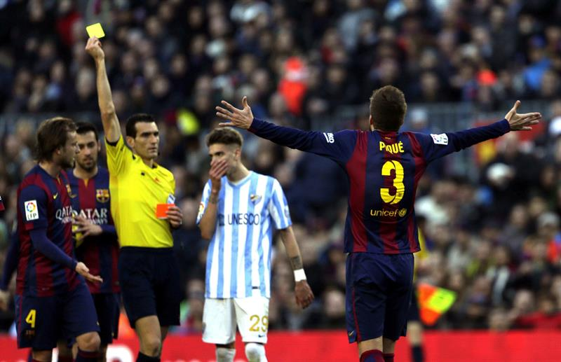 El árbitro Juan Martínez Munuera muestra tarjeta amarilla al defensa del FC. Foto: EFE