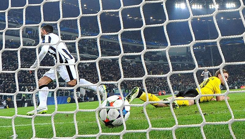 El jugador del Juventus Carlos Tevez (i) celebra después de anotar un gol. EFE