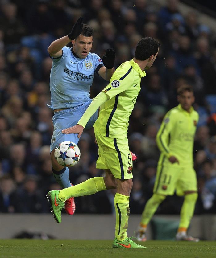 El centrocampista del FC Barcelona, Sergio Busquets (d) lucha por el balón con el delantero argentino Sergio 'Kun' Agüero (i) del Manchester City. Foto: EFE