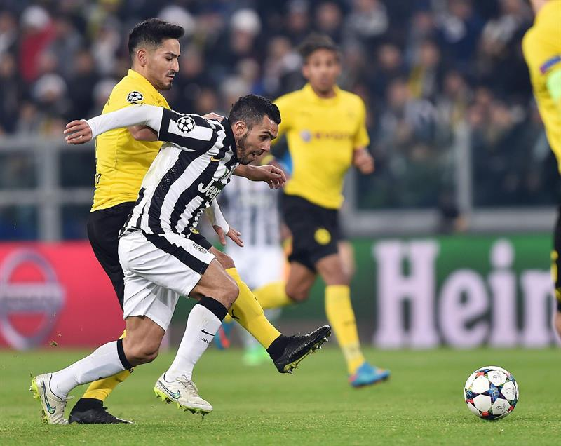 El jugador del Juventus Carlos Tevez (d) disputa el balón con Ilkay Gundogan (i), del Borussia Dortmund. EFE