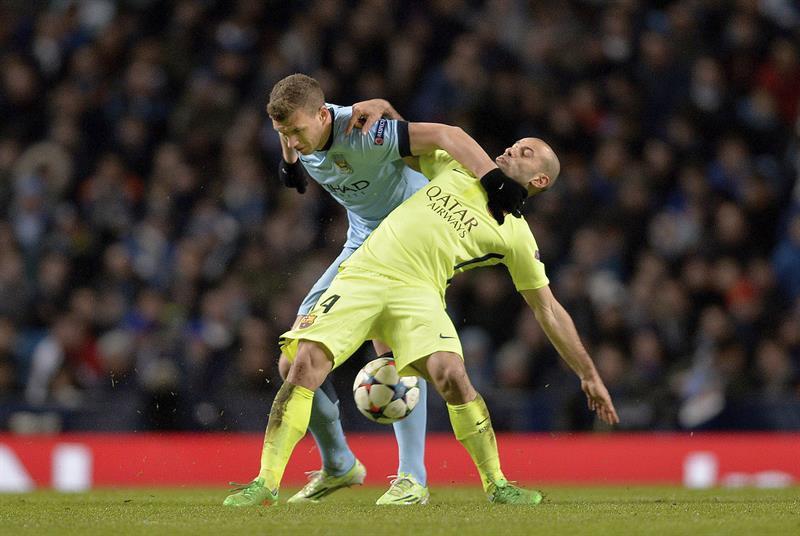 El centrocampista argentino del FC Barcelona, Javier Mascherano (d) lucha por el balón con el delantero bosnio Edin Dzeko (i) del Manchester City. Foto: EFE