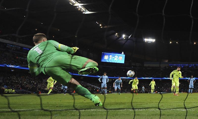 El delantero argentino FC Barcelona, Lionel Messi (d) falla un penaltu ante el portero Joe Hart (i) del Manchester City. Foto: EFE