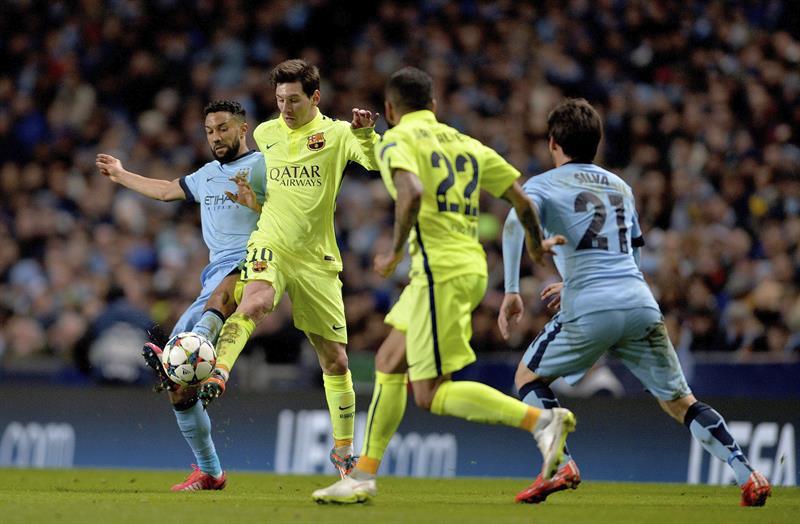 El delantero argentino del FC Barcelona, Lionel Messi (2i) lucha por el balón con el defensa francés Gael Clichy (i) del Manchester City. Foto: EFE