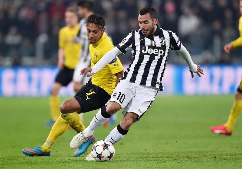 El jugador del Juventus Carlos Tevez (d) conduce el balón ante la marca de Pierre-Emerick Aubameyang (i), del Borussia Dortmund. Foto: EFE