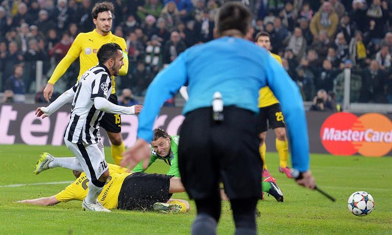 El jugador del Juventus Carlos Tevez (i) anota un un gol, durante un partido por la Liga de Campeones. EFE