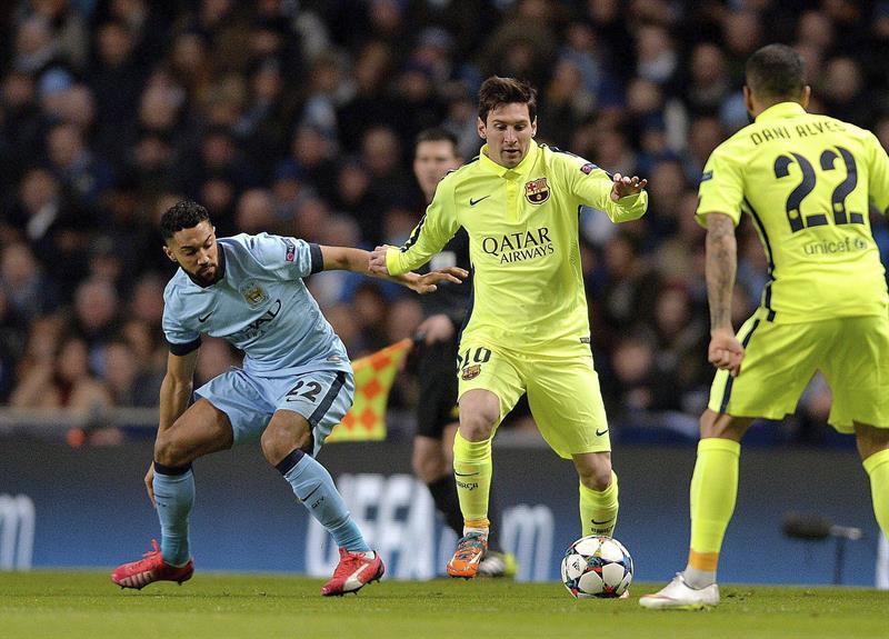 El delantero argentino del FC Barcelona, Lionel Messi (c) lucha por el balón con el defensa francés Gael Clichy (i) del Manchester City. Foto: EFE