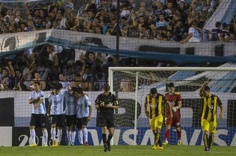 Jugadores de Racing Club de Argentina (i) celebran el gol de Diego Milito contra Guaraní de Paraguay. EFE