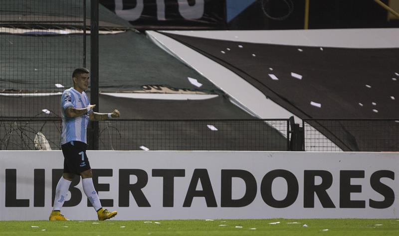 El jugador de Racing Club de Argentina Gustavo Bou celebra después de anotar contra Guaraní de Paraguay. EFE