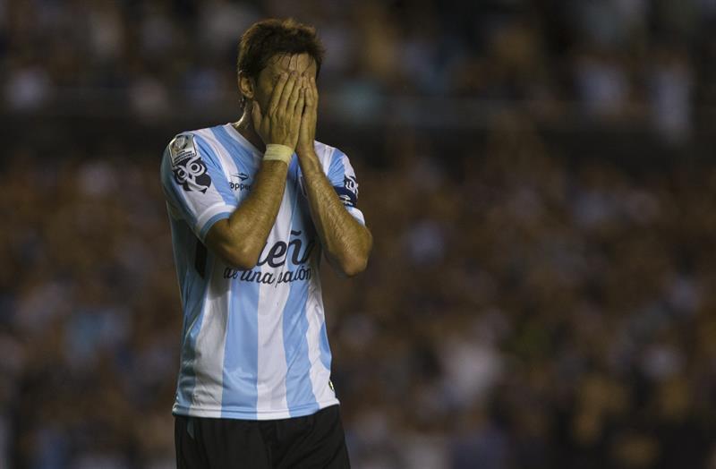 El jugador de Racing Club de Argentina Diego Milito reacciona ante Guaraní de Paraguay. EFE
