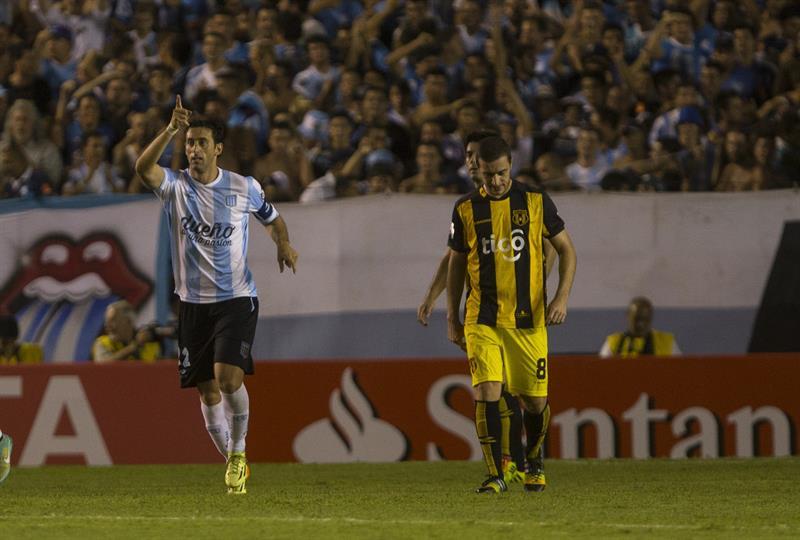 El jugador de Racing Club de Argentina Diego Milito (i) celebra junto a Marcelo Palau (d) después de anotar contra Guaraní de Paraguay. EFE