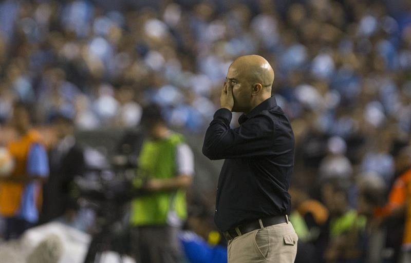 El entrenador de Guaraní de Paraguay Fernando Jubero dirige ante Racing Club de Argentina. EFE