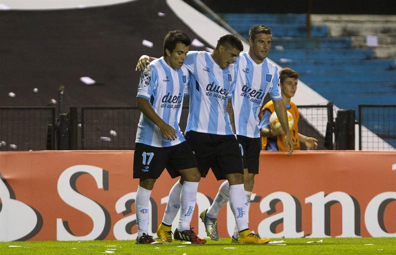 El jugador de Racing Club de Argentina Gustavo Bou (c) celebra con Marcos Acuna (i) e Iván Pillud (d) después de anotar contra Guaraní de Paraguay. EFE