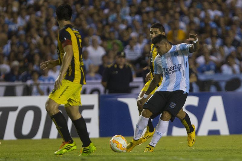 El jugador de Racing Club de Argentina Gustavo Bou (d) patea y anota contra Guaraní de Paraguay. EFE