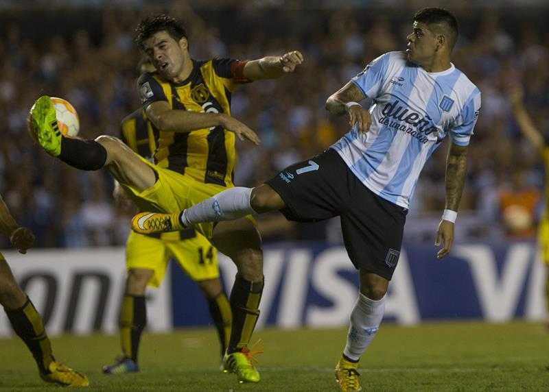 El jugador de Racing Club de Argentina Gustavo Bou (d) disputa el balón con Julio Cáceres (i) de Guaraní de Paraguay. EFE