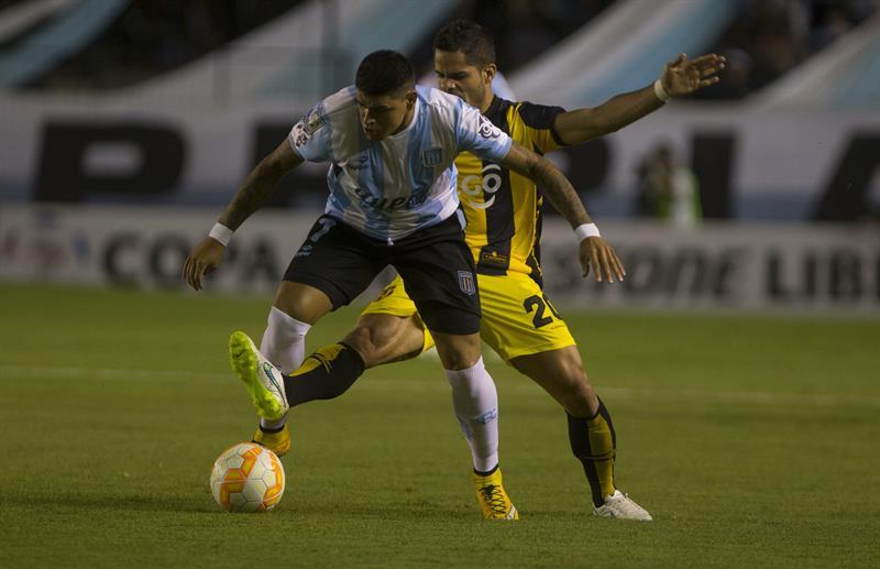 El jugador de Racing Club de Argentina Gustavo Bou (frente) disputa el balón con Juan Aguilar de Guaraní de Paraguay. EFE