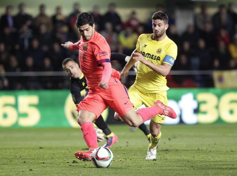 El delantero uruguayo del FC Barcelona Luis Suárez (i) marca el segundo gol del equipo junto al argentino Mateo Musacchio, del Villarreal. EFE