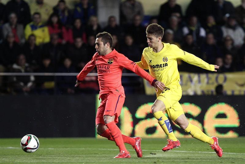 El defensa del FC Barcelona Jordi Alba (i) corre seguido del delantero argentino del Villarreal Luciano Vietto. EFE