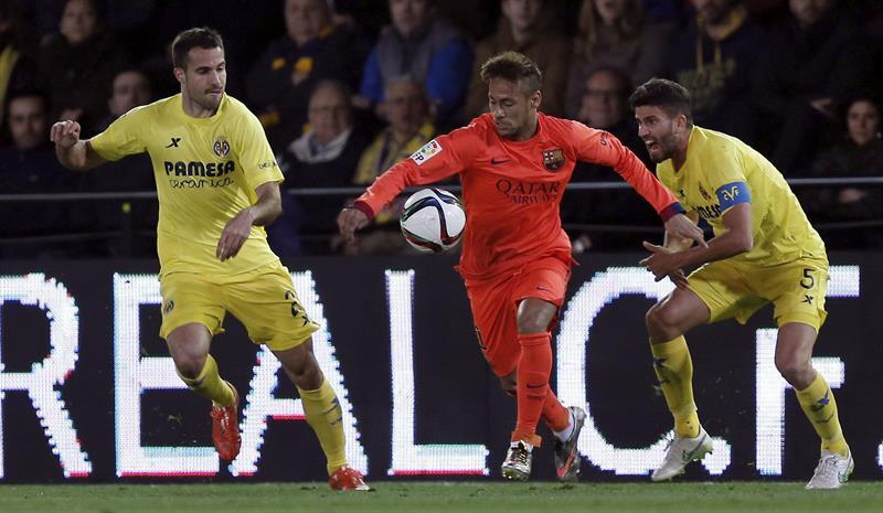 El delantero brasileño del FC Barcelona Neymar da Silva (c) pelea el balón con el argentino Mateo Musacchio (d) y Mario Pérez (i), del Villarreal. EFE