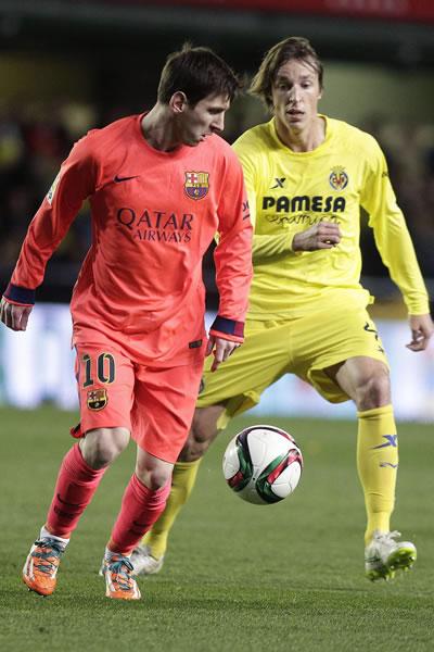 El delantero argentino del FC Barcelona Leo Messi (i) pelea un balón con Tomás Pina, centrocampista del Villarreal. Foto: EFE