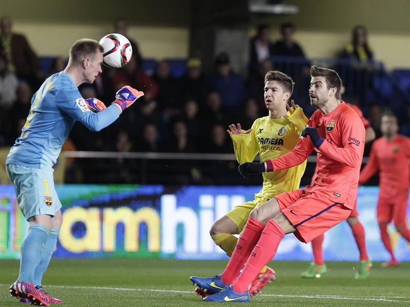 El portero alemán del FC Barcelona Marc-Andre ter Stegen (i) cabecea el balón ante su compañero, el defensa Gerard Pique (d), y el delantero argentino del Villarreal Luciano Vietto. EFE