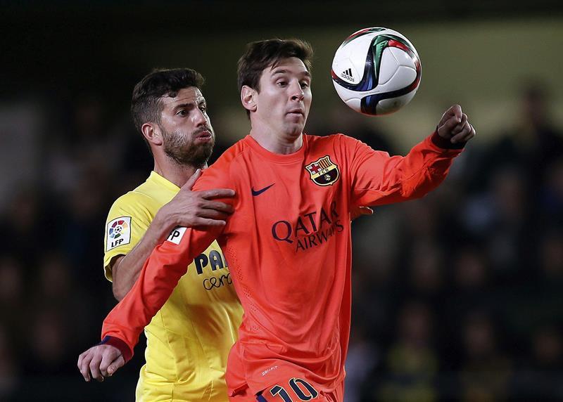 El delantero argentino del FC Barcelona Leo Messi (d) pelea el balón con el argentino Mateo Musacchio. EFE