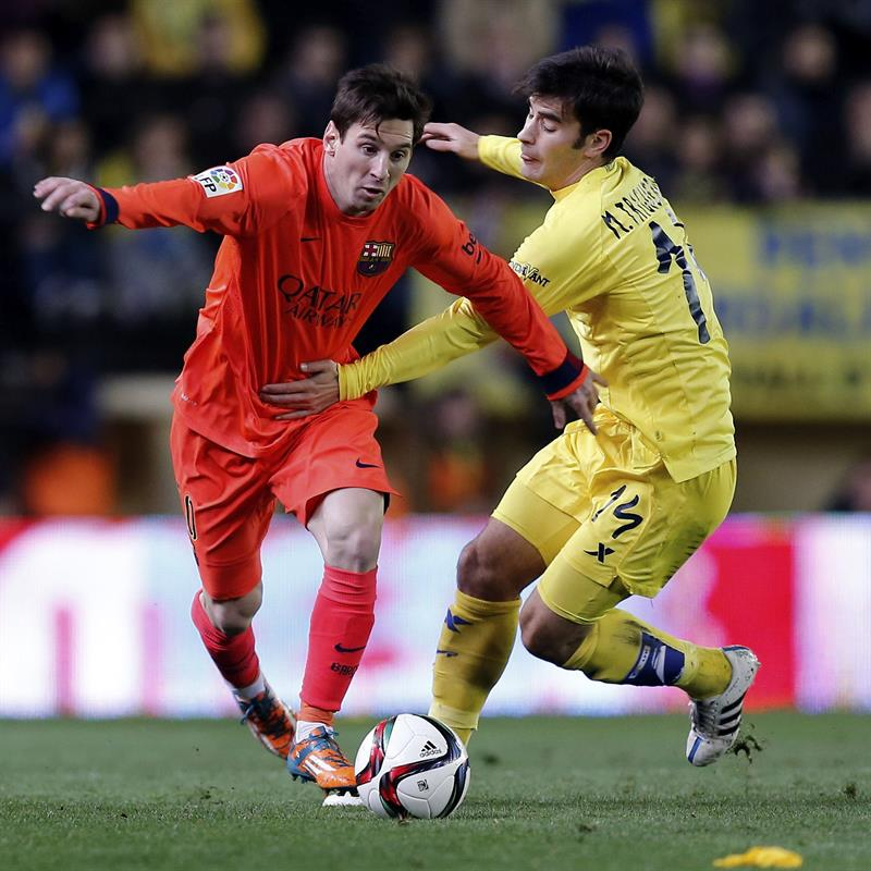 El delantero argentino del Barcelona Leo Messi (i) pelea un balón con el centrocampista del Villarreal Manu Trigueros. EFE
