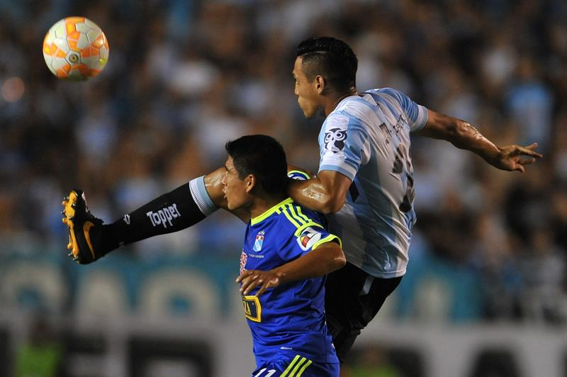 Por un penal mal cobrado, Racing perdió con el Sporting Cristal de local. EFE
