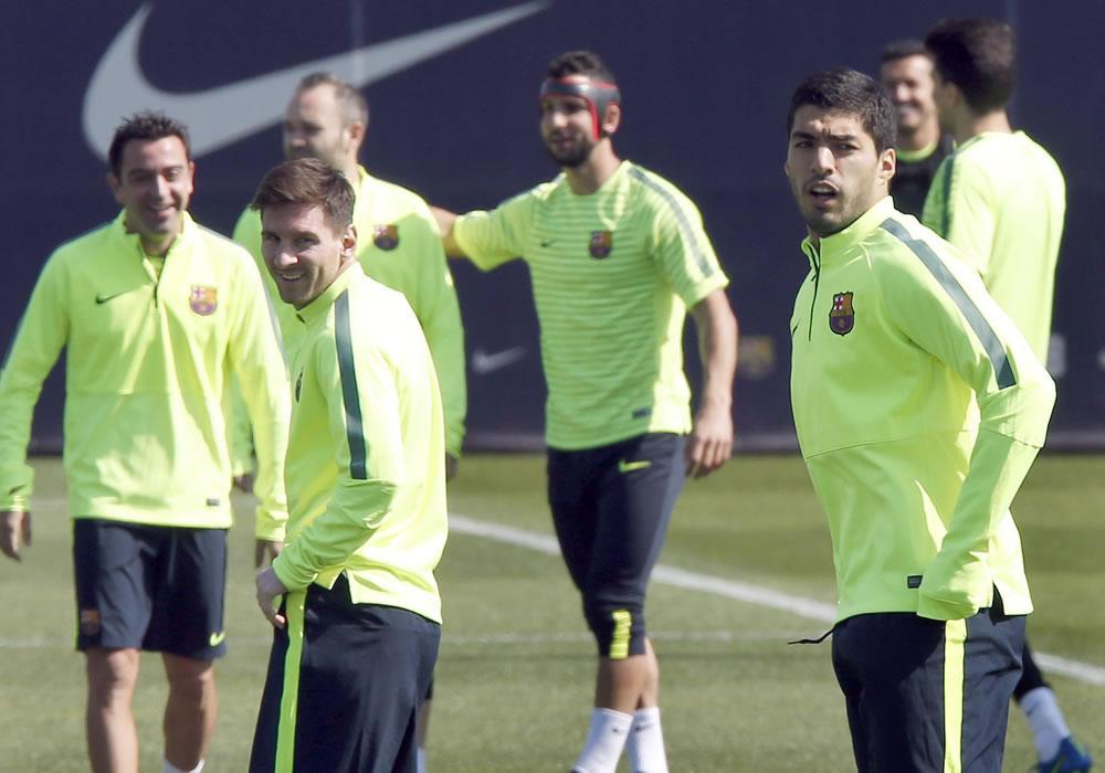 Los delanteros del FC Barcelona el uruguayo Luis Suárez (d) y el argentino Leo Messi (c), junto a varios de sus compañeros durante el entrenamiento que el equipo azulgrana. EFE