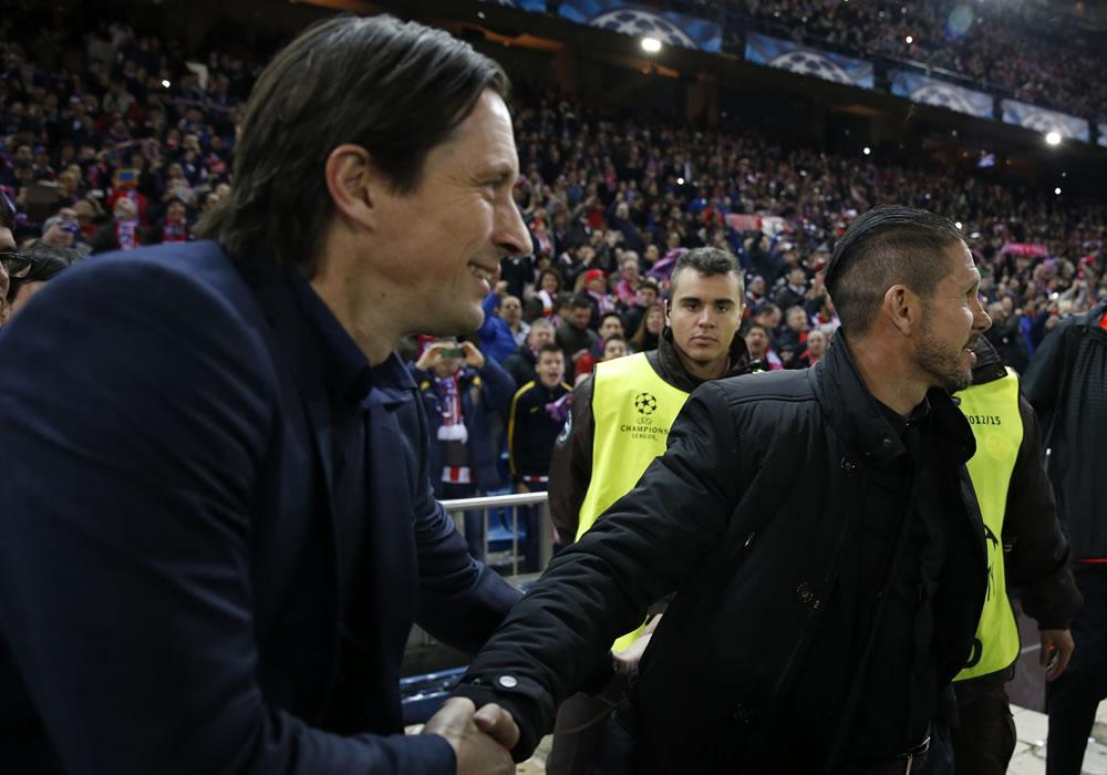 El entrenador del Atlético de Madrid, el argentino Diego Simeone (d), saluda al entrenador del Bayer Leverkusen, Roger Schmidt. Foto: EFE