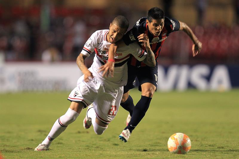 El jugador de Sao Paulo brasileño Bruno (d) disputa el balón con Pablo Barrientos (i) de San Lorenzo. EFE
