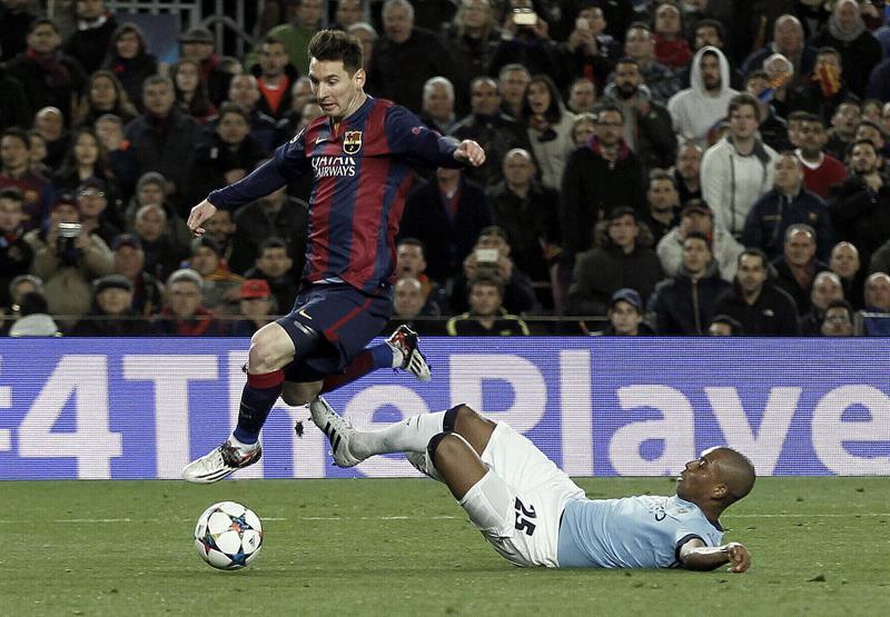 El delantero argentino del FC Barcelona, Leo Messi (i), se lleva el balón ante la entrada. EFE