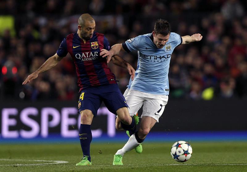 El defensa argentino del FC Barcelona, Javier Mascherano (i), pugna con el centrocampista del Manchester City, James Milner. EFE