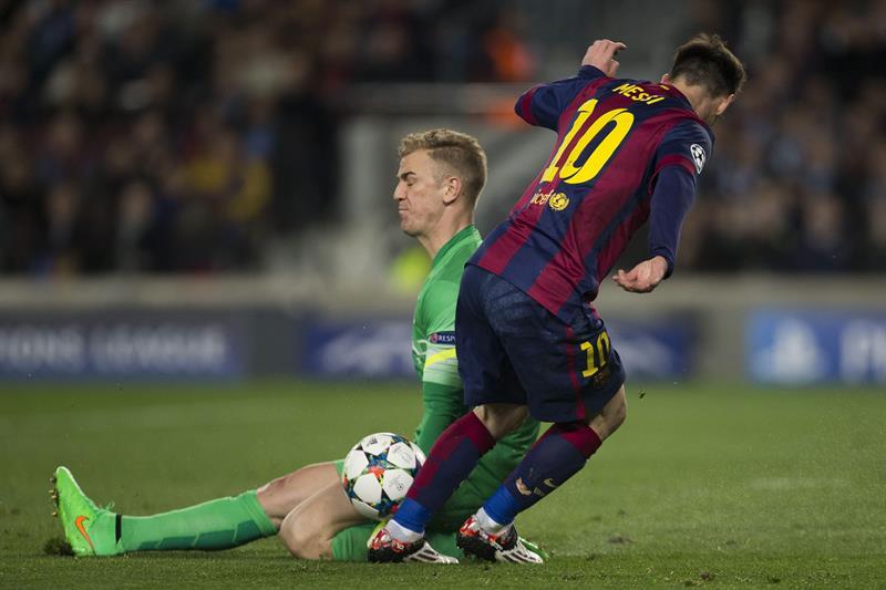 El guardameta del Manchester City, Joe Hart (i), corta el avance del delantero argentino del FC Barcelona, Leo Messi. EFE