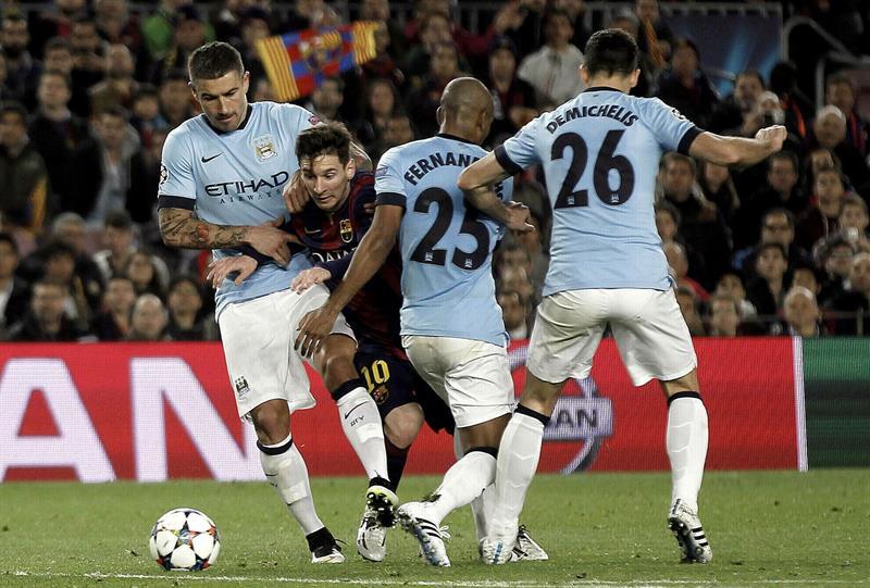 El delantero brasileño del F. C. Barcelona, Leo Messi (2i), intenta llevarse el balón ante los jugadores del Manchester City, el serbio Aleksandar Kolaro. EFE