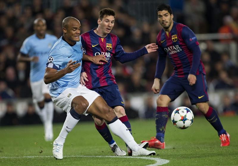 l delantero argentino del FC Barcelona, Leo Messi (c), disputa el balón al defensa del Manchester City, Vincent Kompany. EFE