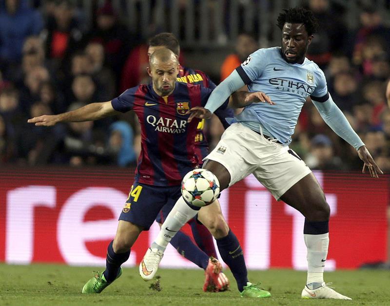 El defensa argentino del F. C. Barcelona, Javier Mascherano (i), disputa el balón con el delantero costamarfileño. EFE