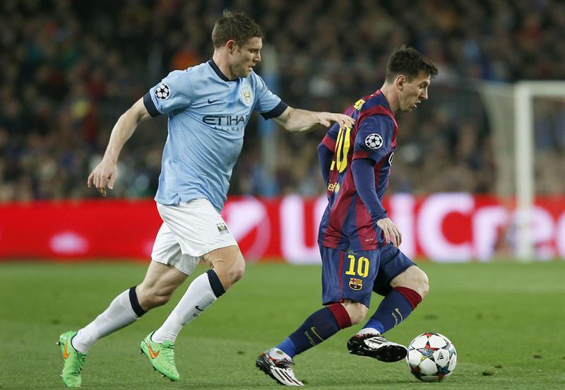 El delantero argentino del FC Barcelona, Lionel Messi (d) controla el balón ante el centrocampista del Manchester City James. EFE