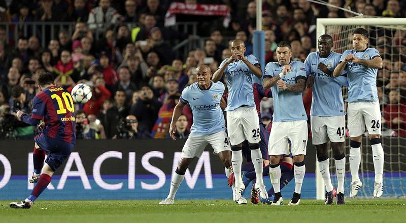 El delantero argentino del FC Barcelona Lionel Messi (i) lanza una falta durante el partido frente al Manchester City. EFE