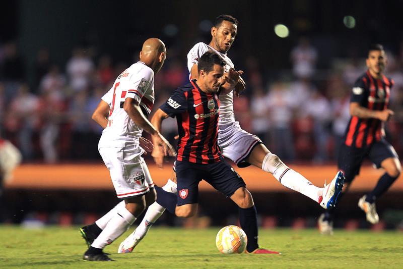 El jugador de San Lorenzo argentino Sebastián Blanco disputa el balón con Carlinhos (i) y Souza (d) de Sao Paulo. EFE