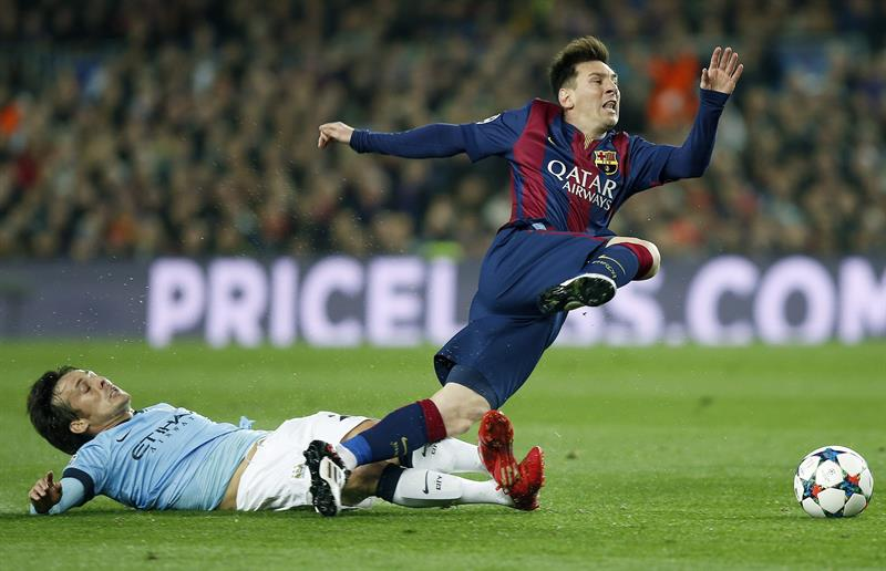 El delantero argentino del FC Barcelona Lionel Messi (d) disputa un balón con el centrocampista español del Manchester City. EFE