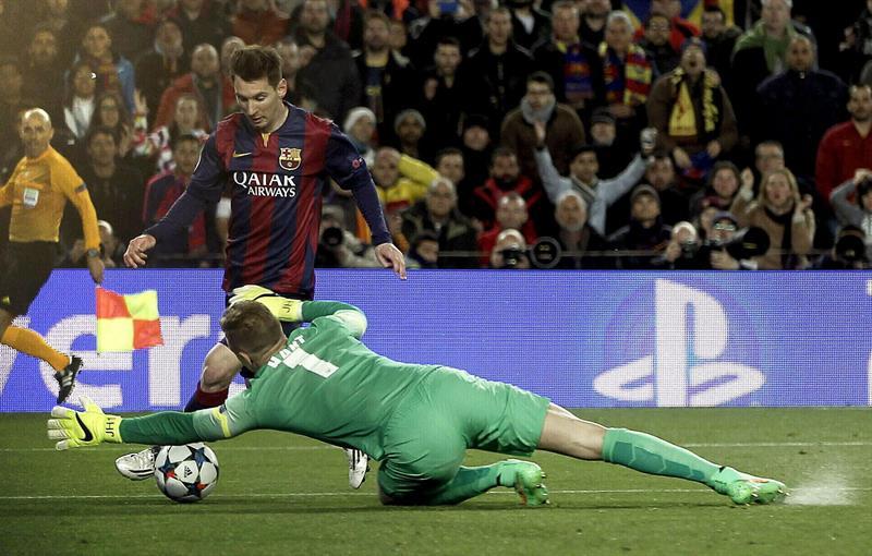 El delantero argentino del FC Barcelona, Leo Messi (i), intenta superar al guardameta del Manchester City, Joe Hart,. EFE
