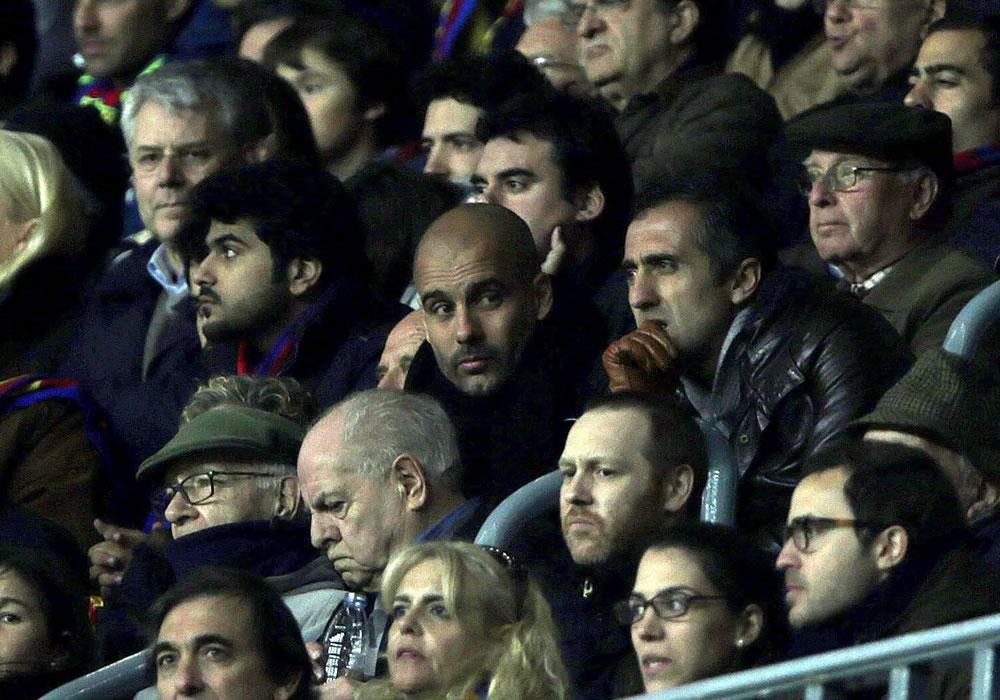 El DT del Bayern Munich, Pep Guardiola (c), desde el palco el encuentro entre el Barsa y el City en el Camp Nou. Foto: EFE