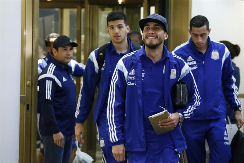 El argentino Carlos Tevez (i) llega al hotel donde la selección Argentina se hospedará antes del partido amistoso frente a Ecuador. EFE