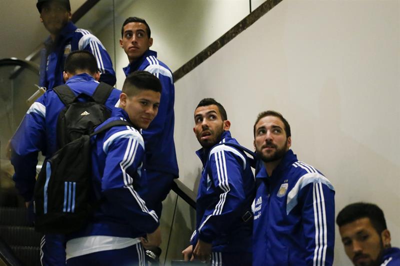 Jugadores de la selección argentina llegan al hotel donde el equipo se hospedará antes del partido amistoso frente a Ecuador en East Rutherford (NJ, EE.UU.). EFE